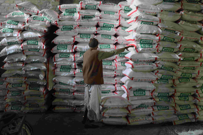 यूपी : कई जिलों में उर्वरक दुकानों में पीओएस मशीनें नहीं होने से किसानों को परेशानी